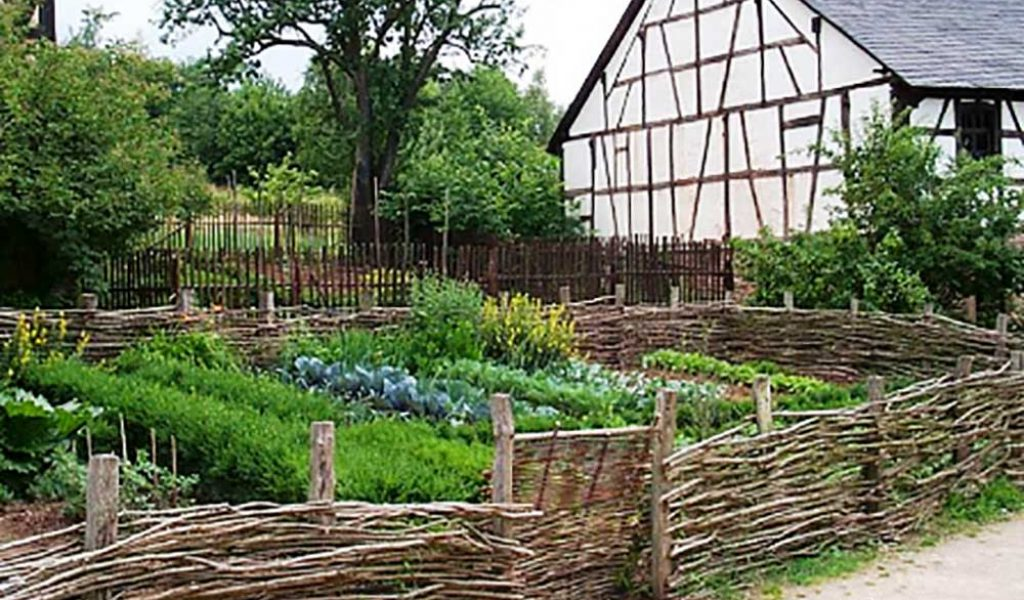 Tudor-cottage-garden